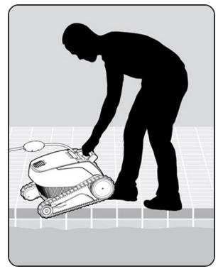 Libérez le nettoyeur de piscine et laissez-le couler vers le fond de la piscine. Assurez-vous que rien ne gêne le câble de flottaison. Pour éviter les plis dans le câble de flottaison, mettez à l'eau assez de longueur de câble pour que le nettoyeur puisse atteindre le coin le plus éloigné de la piscine.