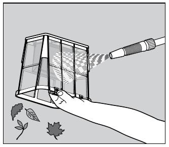 3 - Nettoyez le panier de filtrage au moyen d'un jet d'eau