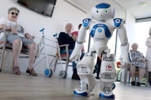 le-robot-zora-travaille-au-sein-d-une-maison-de-retraite_941572