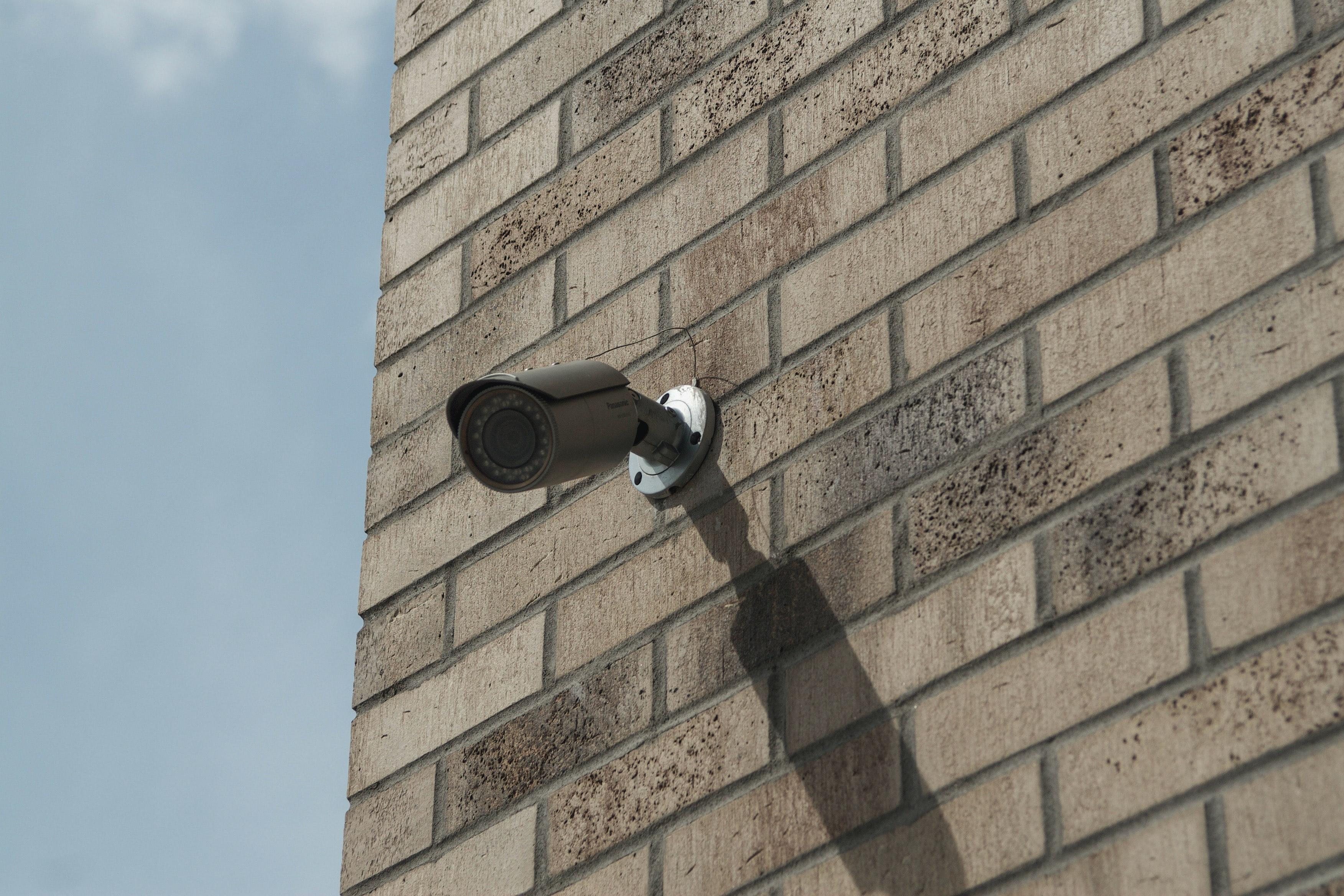 camera de video surveillance dans le jardin