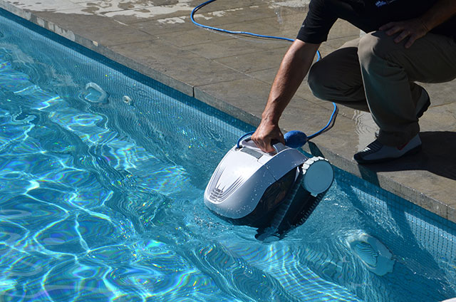 robot de piscine maytronics dolphin e10 bestofrobots. Black Bedroom Furniture Sets. Home Design Ideas